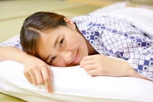 枕を使っている女性
