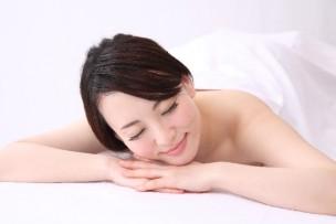 裸で寝る女性