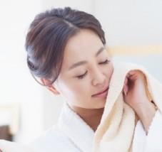 タオルを使う女性