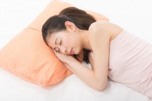 枕で寝る女性